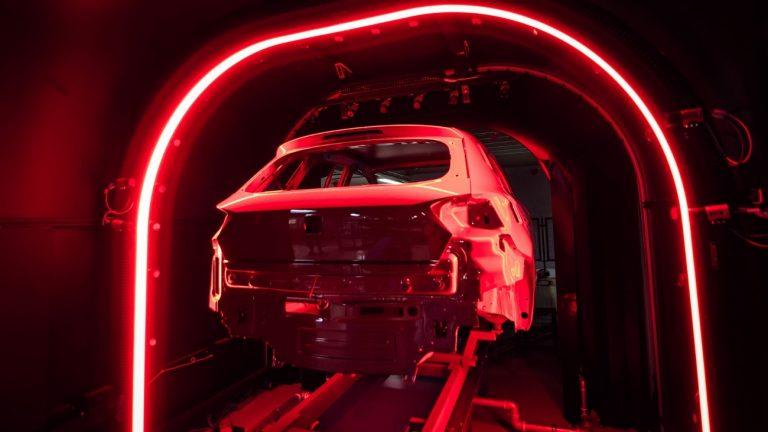 Sabe como é o processo de pintura de um carro? Nós revelamos