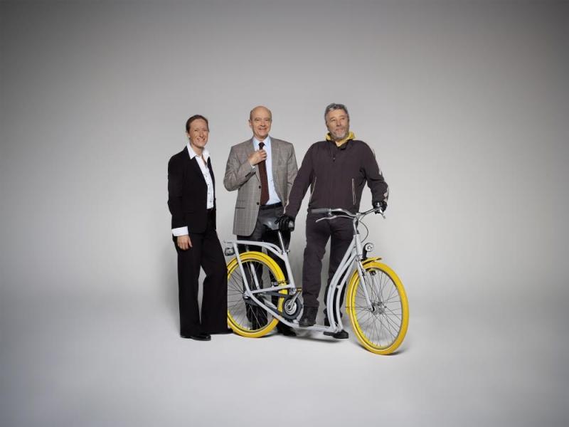 Uma bicicleta Peugeot que é também uma scooter e trotinete