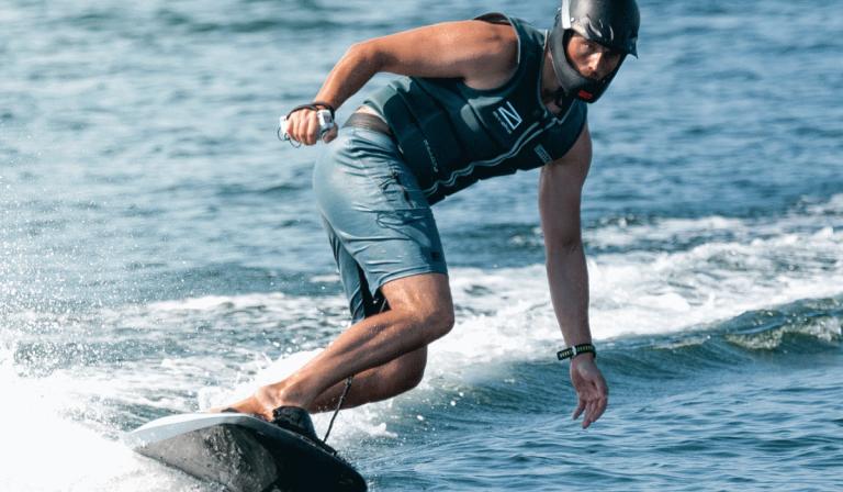 Prancha de surf elétrica atinge os 56 km/h e é ideal para quem procura adrenalina