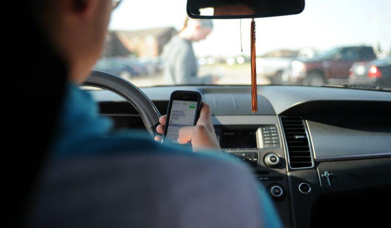 Governo agrava penalizações para quem usa o telemóvel ao volante
