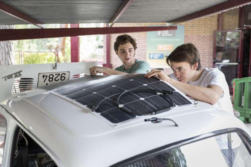 Seat 600 a gasolina transformado em elétrico por 12 alunos