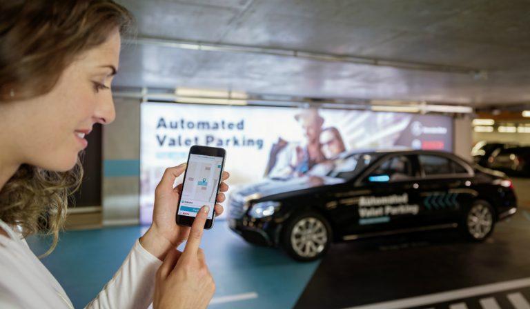 Veículo estaciona-se sozinho no Museu da Mercedes em Estugarda