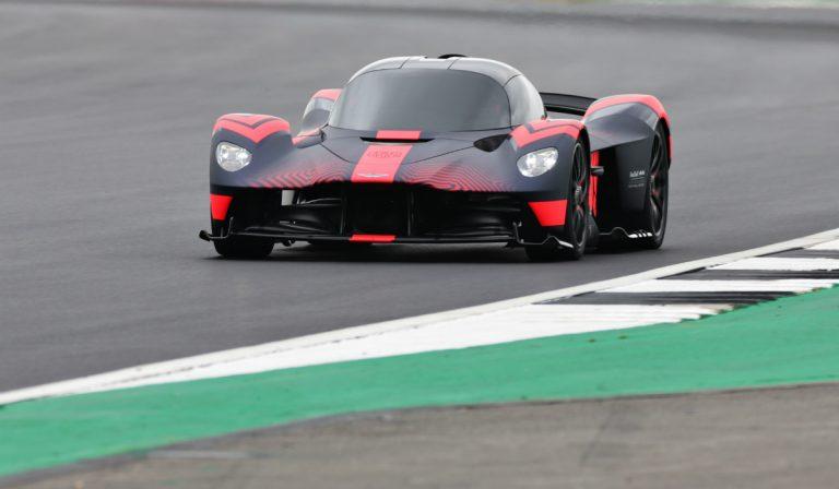 Aston Martin Valkyrie visto em pista pela primeira vez