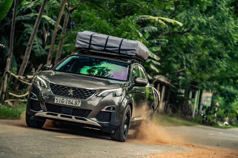 Peugeot modifica um 3008 para atacar os trilhos do Vietname