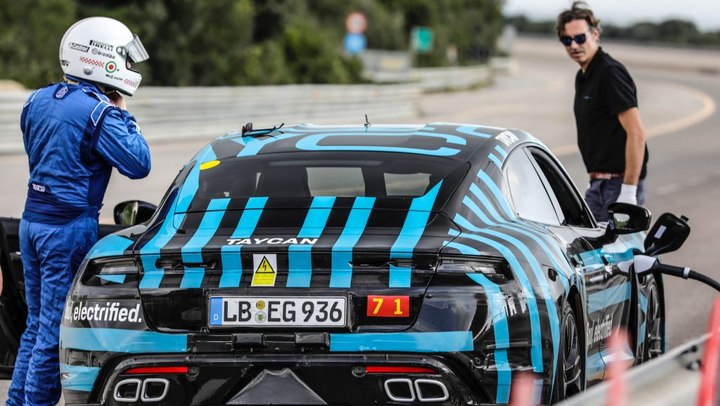 Porsche Taycan testado ao limite na pista de Nardò
