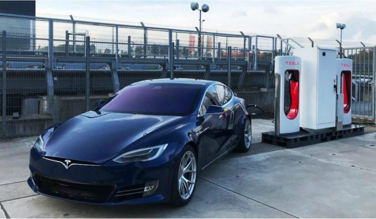 """Tesla instalou um supercharger em Nurburgring para """"abastecer"""" o veículo de testes"""