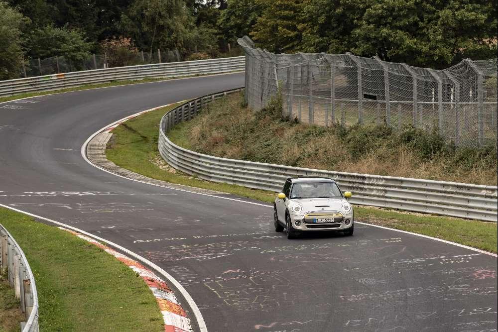 Mini Cooper SE deu uma volta a Nurburgring… sem tocar nos travões