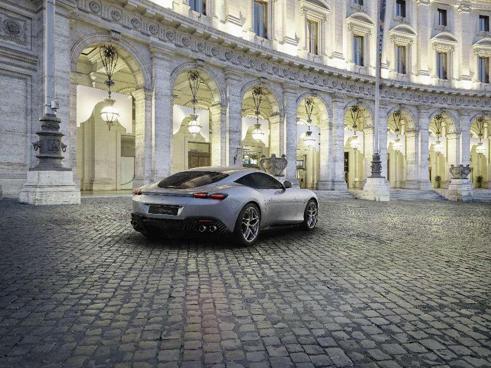 Novo Ferrari Roma, o elegante coupé com um V8 de 620 cavalos