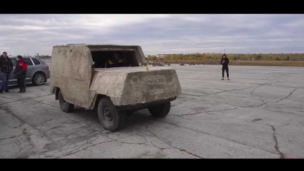 Russos utilizam betão para alterar um UAZ