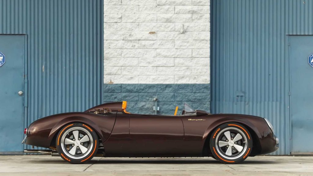 Esta réplica do Porsche 550 Spyder tem o condutor ao centro e detalhes em ouro