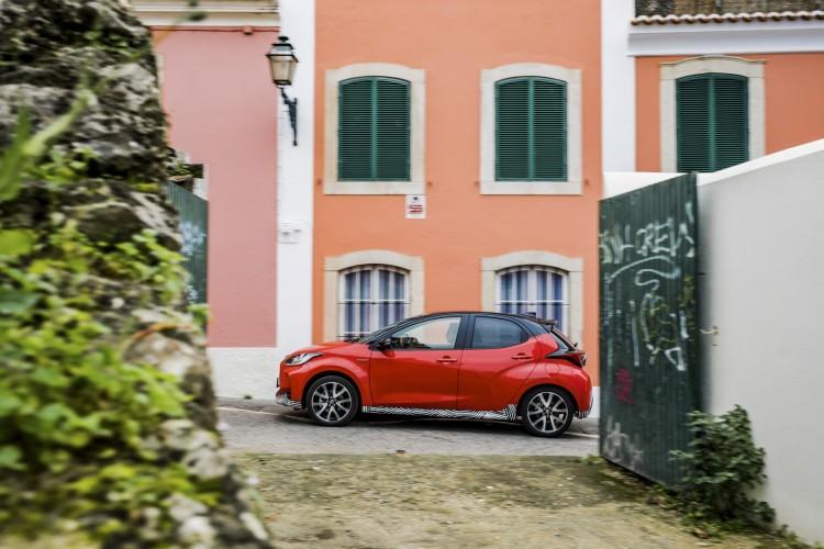 Toyota Yaris chega no verão e estreia nova plataforma
