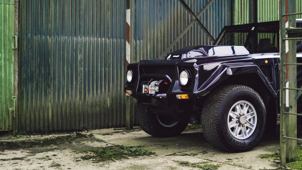Lamborghini LM002, o primeiro SUV da marca que mais parecia um tanque