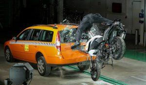 Bosch apresenta sistema que realiza chamada de emergência para motos