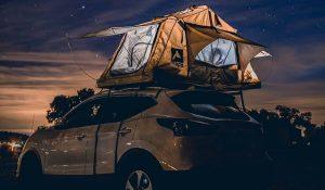 A nova moda deste verão é dormir em cima do carro e ver as estrelas